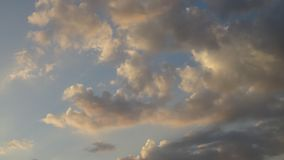 Όμορφα σύννεφα στην κίνηση κατά τη διάρκεια του σούρουπου