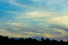 Όμορφα σύννεφα στις ακτίνες του ηλιοβασιλέματος στοκ εικόνες