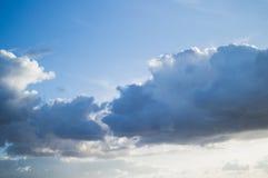 Όμορφα σύννεφα σωρειτών στο μπλε ουρανό Στοκ φωτογραφία με δικαίωμα ελεύθερης χρήσης