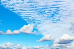 Όμορφα σύννεφα Altocumulus και σωρειτών Στο κέντρο ένα spect στοκ εικόνες