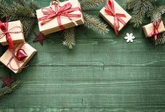 Όμορφα σύνορα διακοπών Χριστουγέννων με τα δώρα Στοκ εικόνα με δικαίωμα ελεύθερης χρήσης