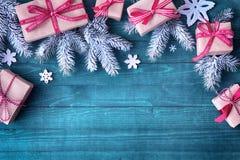 Όμορφα σύνορα διακοπών Χριστουγέννων με τα δώρα Στοκ Φωτογραφία