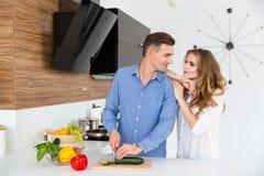 Όμορφα τέμνοντα λαχανικά ζευγών στην κουζίνα Στοκ εικόνες με δικαίωμα ελεύθερης χρήσης