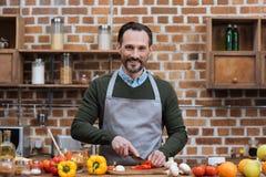 όμορφα τέμνοντα λαχανικά ατόμων Στοκ φωτογραφία με δικαίωμα ελεύθερης χρήσης