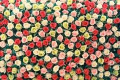 Όμορφα τεχνητά λουλούδια υφασμάτων για το υπόβαθρο Στοκ φωτογραφία με δικαίωμα ελεύθερης χρήσης
