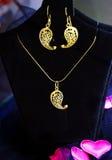 Όμορφα τουρκικά χρυσά δαχτυλίδια χειροποίητα σε ένα μαύρο υπόβαθρο Στοκ Εικόνες