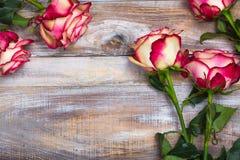 Όμορφα τριαντάφυλλα στο ξύλινο υπόβαθρο Ευχετήρια κάρτα ημέρας βαλεντίνων ή ημέρας μητέρων στοκ εικόνες με δικαίωμα ελεύθερης χρήσης