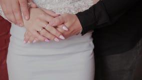 Όμορφα τρυφερά χέρια των ανθρώπων ερωτευμένων απόθεμα βίντεο