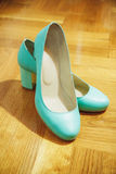 Όμορφα τυρκουάζ θηλυκά παπούτσια για τη νύφη Στοκ Φωτογραφίες