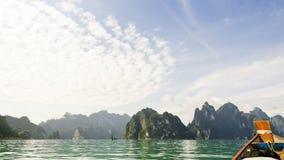 Όμορφα υψηλά βουνά και πράσινος ποταμός (Guilin της Ταϊλάνδης) Στοκ φωτογραφία με δικαίωμα ελεύθερης χρήσης