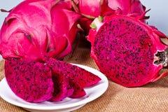 όμορφα φρέσκα τεμαχισμένα κόκκινα φρούτα δράκων (pitaya) στοκ φωτογραφία