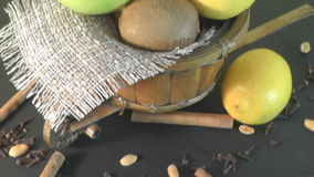 Όμορφα φρούτα πιάτων, υγιή τρόφιμα απόθεμα βίντεο