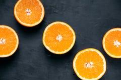 Όμορφα φρούτα πορτοκαλιών που τεμαχίζονται στον παλαιό πίνακα Πλούσιοι με τις βιταμίνες Ανασκόπηση, σύσταση Στοκ Εικόνες