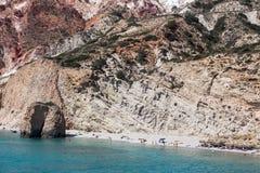 Όμορφα φυσικά χρώματα της παραλίας Firiplaka, Μήλος, Ελλάδα Στοκ Φωτογραφία