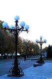 Όμορφα φω'τα νύχτας στο πάρκο το βράδυ Στοκ εικόνα με δικαίωμα ελεύθερης χρήσης