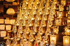 Όμορφα φω'τα Χριστουγέννων καψίματος στο κατάστημα Κινηματογράφηση σε πρώτο πλάνο - προθήκη στο κατάστημα με τα όμορφα αναμνηστικ Στοκ φωτογραφίες με δικαίωμα ελεύθερης χρήσης