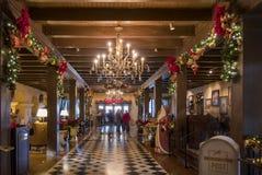 Όμορφα φω'τα Χριστουγέννων μέσα του πανδοχείου αποστολής Στοκ Φωτογραφία