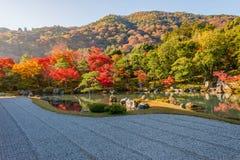 Όμορφα φύλλα και αντανάκλαση χρώματος στη λίμνη στο ναό Tenryuji Στοκ Εικόνα