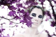 όμορφα φύλλα κοριτσιών στοκ φωτογραφία με δικαίωμα ελεύθερης χρήσης