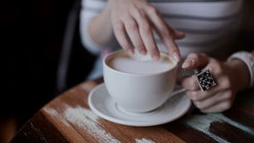 Όμορφα χέρια κοριτσιών ` s και ένα φλιτζάνι του καφέ απόθεμα βίντεο