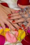 Όμορφα χέρια με ένα συμπαθητικό μανικιούρ Στοκ φωτογραφία με δικαίωμα ελεύθερης χρήσης