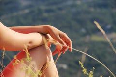 Όμορφα χέρια της γυναίκας και της φύσης στοκ εικόνες με δικαίωμα ελεύθερης χρήσης