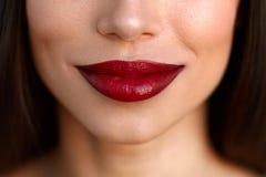 Όμορφα χείλια γυναικών κινηματογραφήσεων σε πρώτο πλάνο με το κόκκινο κραγιόν Ομορφιά Makeup Στοκ φωτογραφία με δικαίωμα ελεύθερης χρήσης