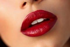 Όμορφα χείλια γυναικών κινηματογραφήσεων σε πρώτο πλάνο με το κόκκινο κραγιόν Ομορφιά Makeup Στοκ Εικόνα