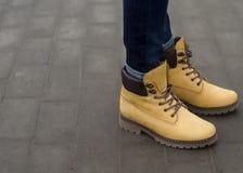 Όμορφα χειμερινά κίτρινα παπούτσια γυναικών στοκ φωτογραφία με δικαίωμα ελεύθερης χρήσης