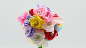 Όμορφα χειροποίητα λουλούδια στο άσπρο υπόβαθρο 4k φιλμ μικρού μήκους