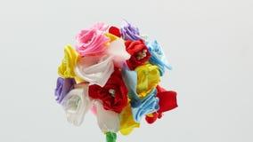 Όμορφα χειροποίητα λουλούδια στο άσπρο υπόβαθρο 4k απόθεμα βίντεο