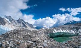 Όμορφα χιονοσκεπή βουνά με τη λίμνη στοκ φωτογραφίες με δικαίωμα ελεύθερης χρήσης