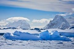 Όμορφα χιονοσκεπή βουνά στοκ εικόνες με δικαίωμα ελεύθερης χρήσης