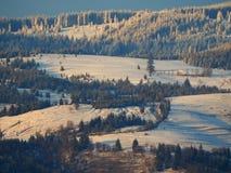 Όμορφα χιονώδη βουνά με ένα μικρό σπίτι Στοκ Εικόνες