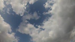 Όμορφα χνουδωτά σύννεφα σε ένα υπόβαθρο μπλε ουρανού 4K απόθεμα βίντεο