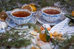 όμορφα Χριστούγεννα καρτώ&nu Το πρωί του νέου έτους - τσάι και tangerines, που κονιοποιείται με την κονιοποιημένη ζάχαρη Στοκ Εικόνες
