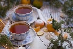όμορφα Χριστούγεννα καρτώ&nu Το πρωί του νέου έτους - τσάι και tangerines, που κονιοποιείται με την κονιοποιημένη ζάχαρη Στοκ Εικόνα