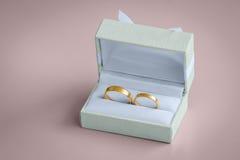Όμορφα χρυσά γαμήλια δαχτυλίδια μέσα σε ένα εκλεκτής ποιότητας κιβώτιο Στοκ εικόνα με δικαίωμα ελεύθερης χρήσης