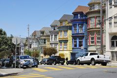 Όμορφα χρωματισμένα σπίτια σειρών, Σαν Φρανσίσκο Στοκ Εικόνες