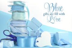 Όμορφα χλωμά κορδέλλες δώρων μωρών aqua μπλε τυλίγοντας και κιβώτια δώρων Στοκ εικόνες με δικαίωμα ελεύθερης χρήσης
