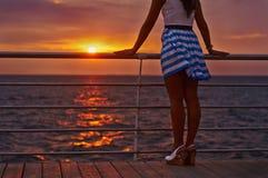 Όμορφα όνειρα κοριτσιών brunette για τον εμποροπλοίαρχο Εξετάζει τη θάλασσα Στοκ φωτογραφία με δικαίωμα ελεύθερης χρήσης