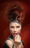 Όμορφα ύφος τέχνης προσώπου χρώματος γυναικών μόδας fenix και desi καρφιών Στοκ Φωτογραφία