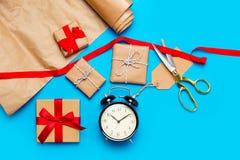 Όμορφα δώρα, ξυπνητήρι και δροσερά πράγματα για το τύλιγμα Στοκ Φωτογραφία