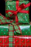 Όμορφα δώρα Χριστουγέννων που τυλίγονται και που συσσωρεύονται στοκ εικόνα