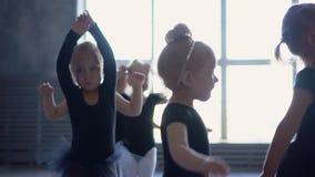 Όμορφα ballerinas στο μαύρο tutus σε ένα μάθημα μπαλέτου Τα καλά κορίτσια χορεύουν στο σχολείο μπαλέτου Πόδια κινηματογραφήσεων σ φιλμ μικρού μήκους