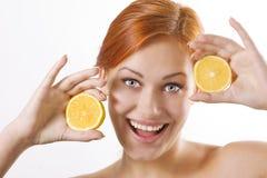 όμορφα juicy λεμόνια κοριτσιών Στοκ εικόνα με δικαίωμα ελεύθερης χρήσης