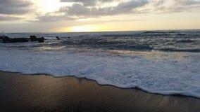 Όμορφα sunsets στη μαύρη παραλία 9 άμμου Στοκ Εικόνα