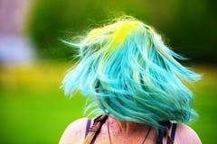Όμορφα twirls κοριτσιών από το κεφάλι κατά τη διάρκεια του φεστιβάλ χρώματος Holi Στοκ Εικόνα