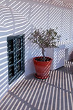 Όμορφες άσπρες αρχιτεκτονικές λεπτομέρειες με τη ριγωτή σκιά, Santo Στοκ φωτογραφία με δικαίωμα ελεύθερης χρήσης