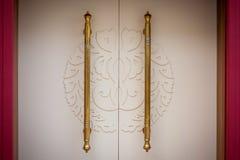 Όμορφες άσπρες πόρτες με τις χρυσές λαβές Υπόβαθρο Στοκ Εικόνα